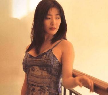 从亚洲第一美胸到割除乳房,今在东莞卖拉面