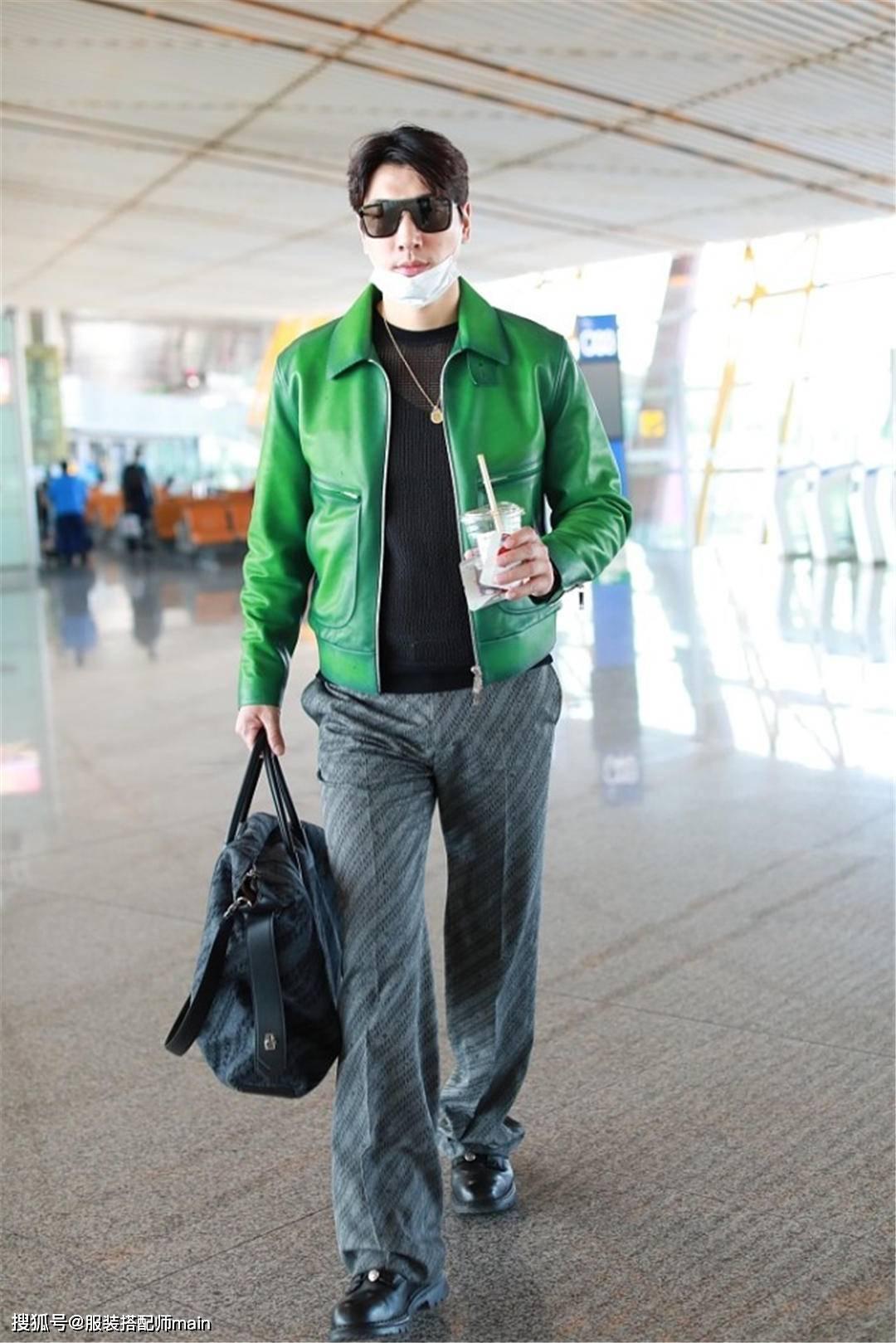原创             38岁张亮气场炸裂,穿翠绿色皮夹克搭配灰色长裤,机场走出秀场感