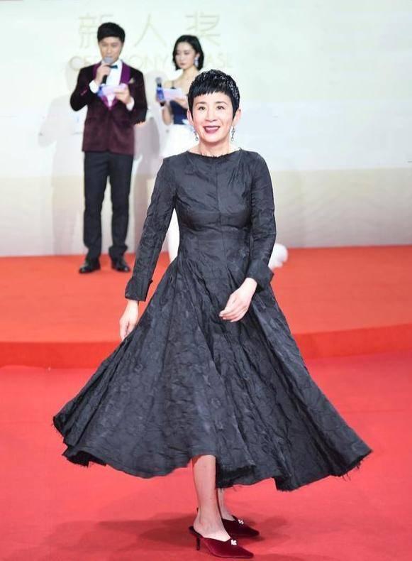 原创             55岁吴君如状态太好了吧!一袭提花长裙优雅贵气,短发利落又高级