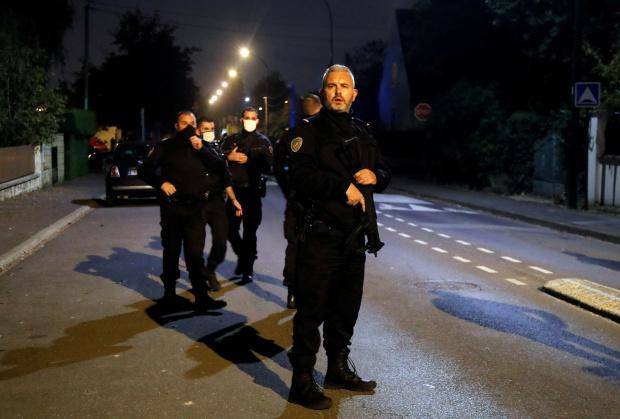法国教师被当街斩首,同事伤心欲绝,总统称恐怖分子不会分裂法国