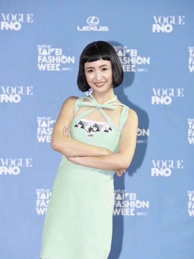 """林依晨丑到认不出?薄荷绿连衣裙配""""蘑菇头"""",又矮又胖不像女星"""