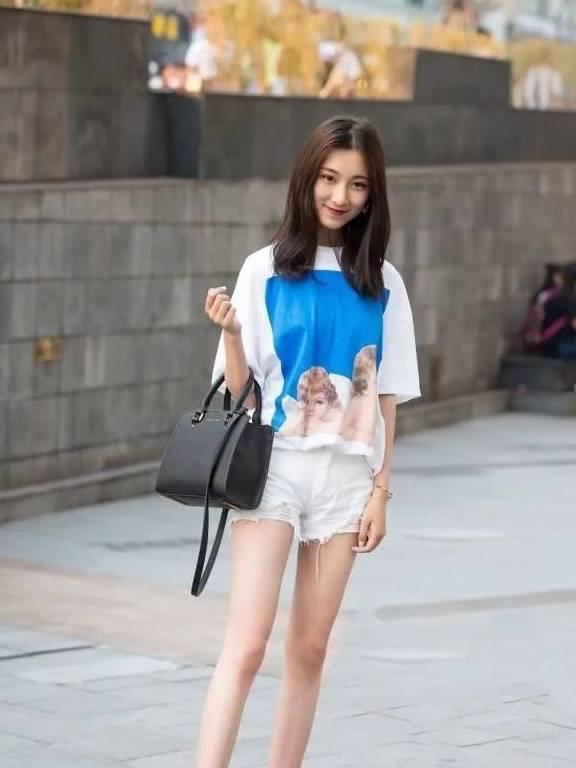 牛仔裤装扮丰富了青春的时尚,使你看起来更加的年轻活力