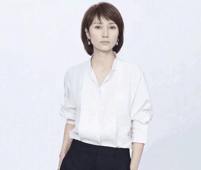 42岁袁泉出行,穿白色衬衫下搭黑色九分裤,经典搭配显高级!