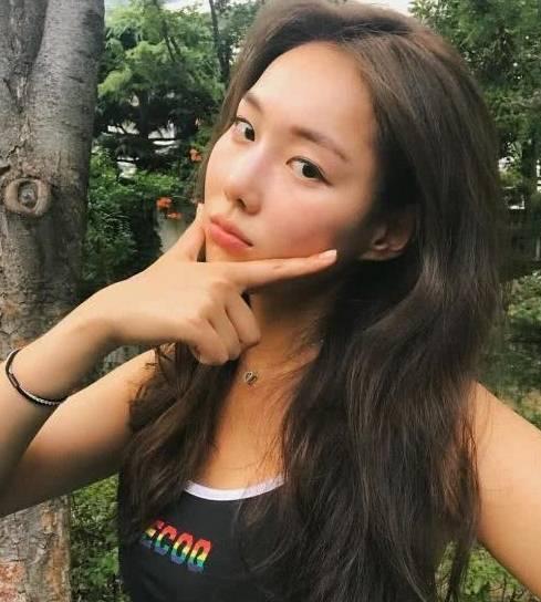 热爱健身的韩国小姐姐身材苗条、曲线分