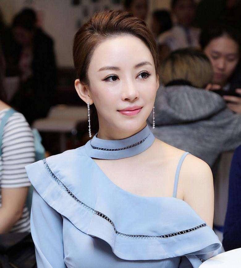 38岁潘晓婷又美了,生活中最爱去旅行,现如今单身生活很自由