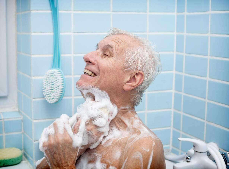 可以试试在老人睡醒后的早上帮助老人洗澡