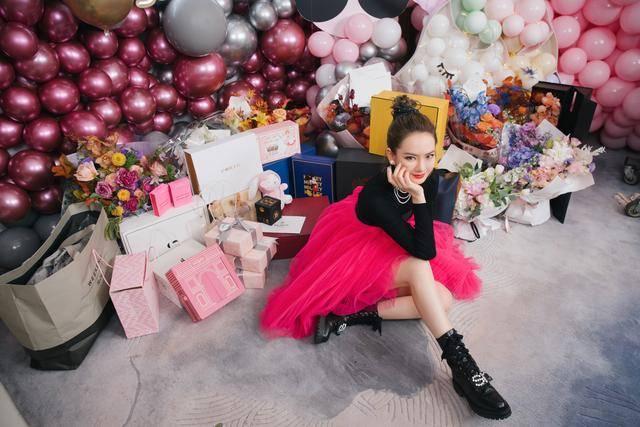 戚薇36岁生日,穿粉色纱裙少女感满满,与李承铉四目相对甜蜜爆棚