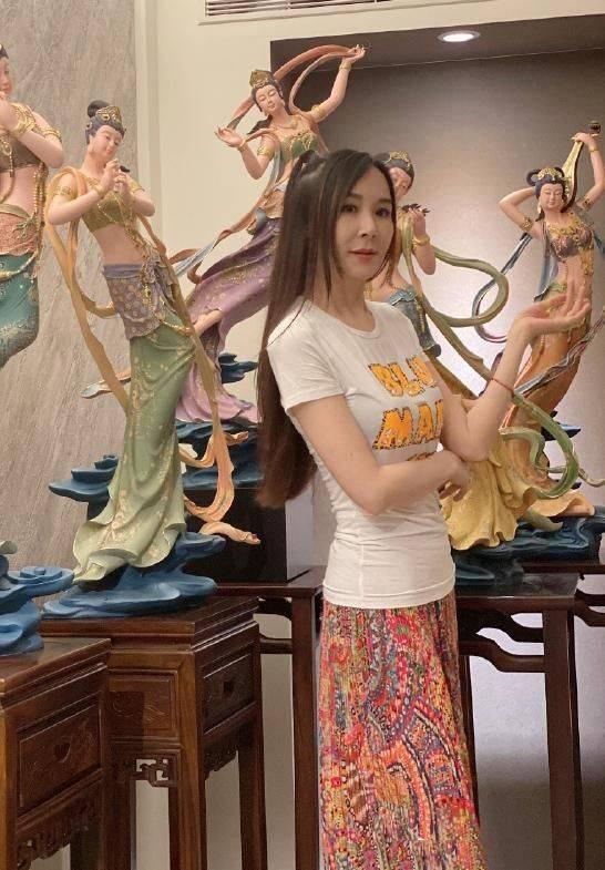 51岁萧蔷还在逞强,刻意凹少女造型,光看手就知道老了!