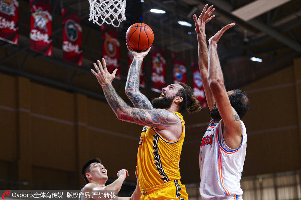 哈达迪篮下接球,直接强攻得手,帮助四川男篮得到本场竞赛的榜首分