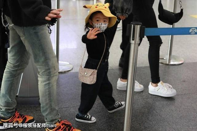 原创             付辛博一家三口现身,颖儿紧身裤穿出笔直长腿,2岁女儿乖巧可爱