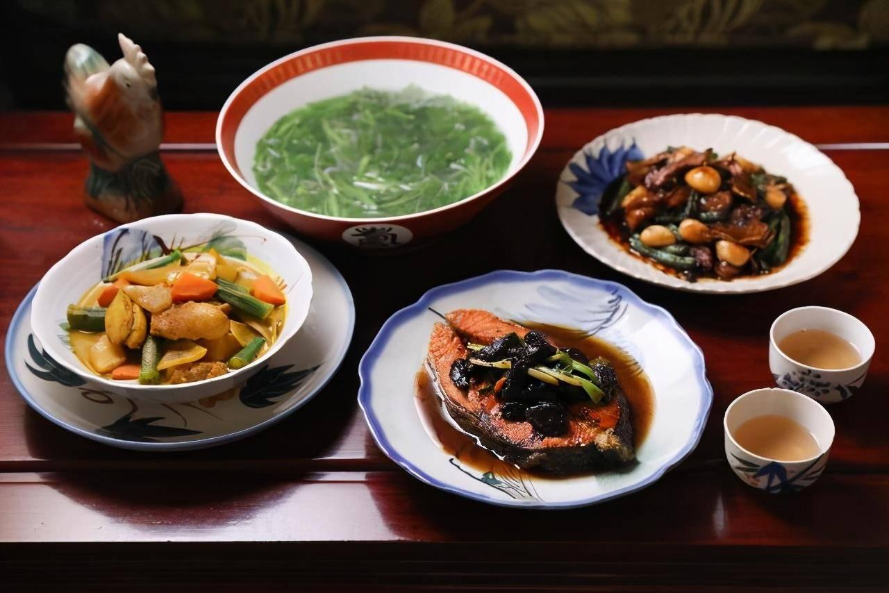 """""""三菜一汤""""三杯大肠菜豆越嚼越香,黑蒜烧鲑鱼固气超级好味!"""