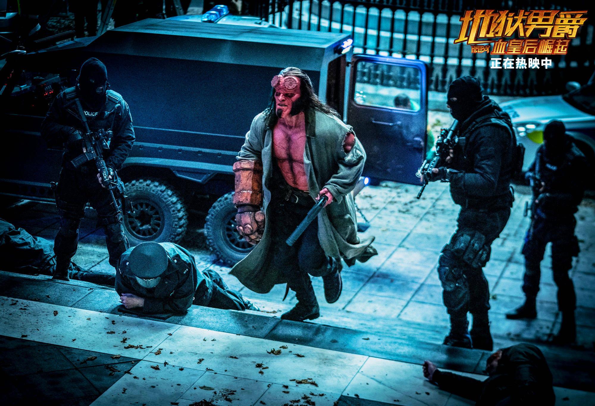 《地狱男爵》热映中 地狱男爵自带小火炉燃爆影院提前供暖