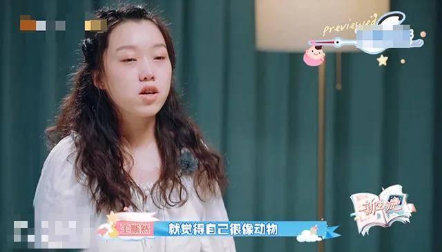 李宇春复古时髦造型惊喜 新歌舞台引燃派对