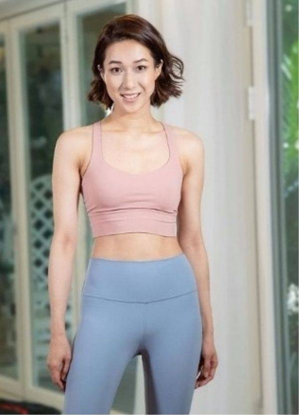 钟嘉欣晒健身照,不像其他女明星的干瘦身材, 穿紧身衣有腹肌!