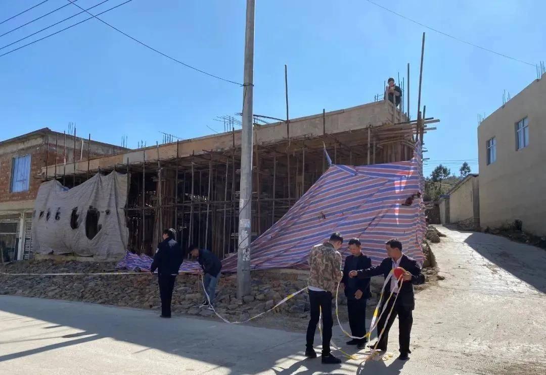 威宁县迤那镇一村民乱占耕地建房被依法拆除