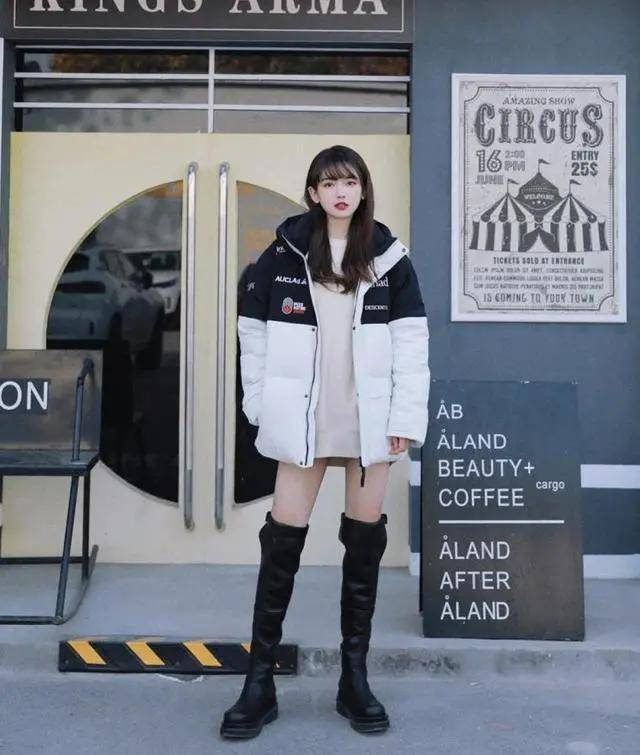"""短靴不受宠了,入冬流行穿""""黑色长筒靴"""",配大衣、羽绒服都好看"""