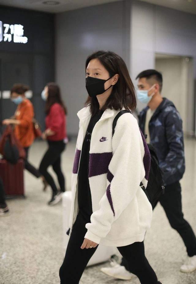 朱亚文妻子罕见走机场,生图暴露真实身材,穿紧身裤暴瘦成骨头腿