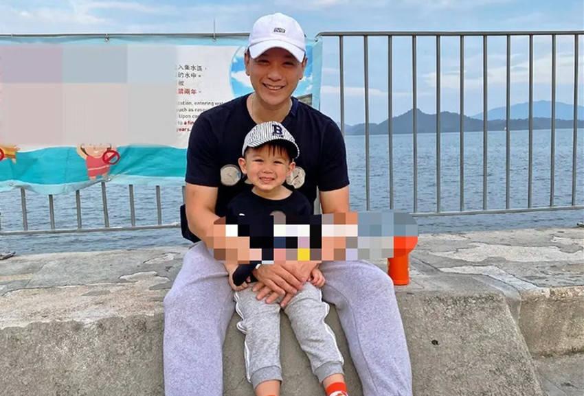 胡杏儿老公带娃散步,3岁李奕霆做搞怪表情太可爱,网友:欢乐多