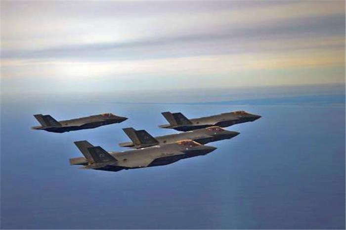 凌晨F-35打响闪电战!伊朗指挥部山崩地裂,美轰炸机奔赴中东