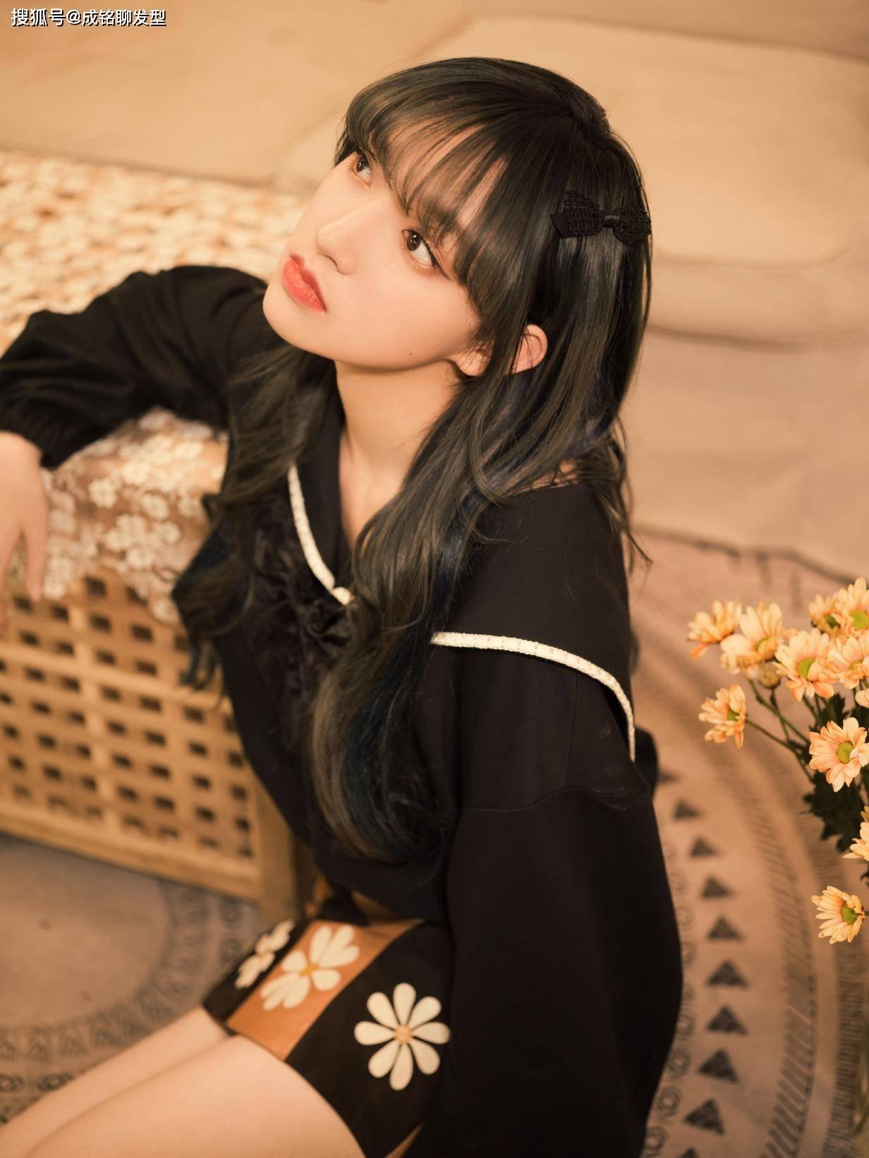 有一种整容叫程潇的刘海,微卷发配拼接短裙美出新高度,时髦养眼