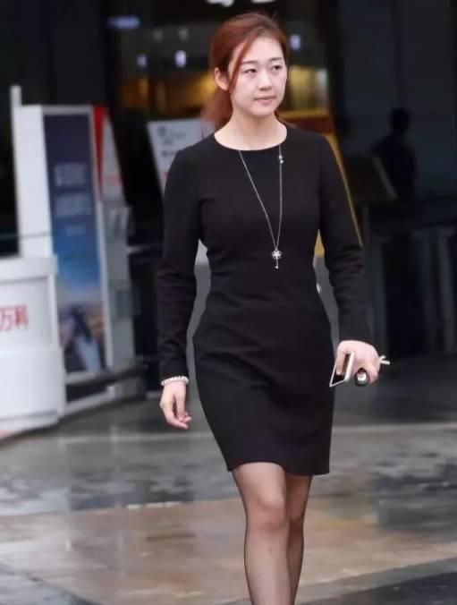 为了显示良好的气质 深黑色的衣服是一个很好的选择 你不妨试试