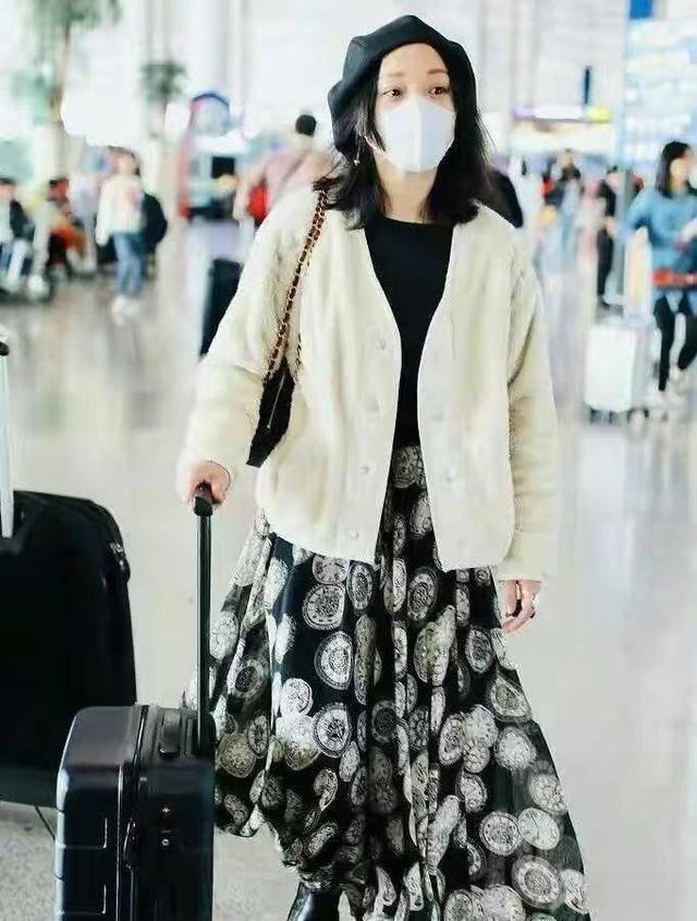 原创             46岁周迅素颜状态绝了!穿这么朴素的衣服,也盖不住她的美