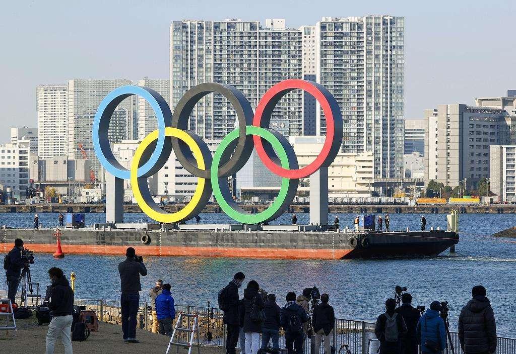 巨型五环标志重返东京湾 日本表达东京奥运如期举办决心