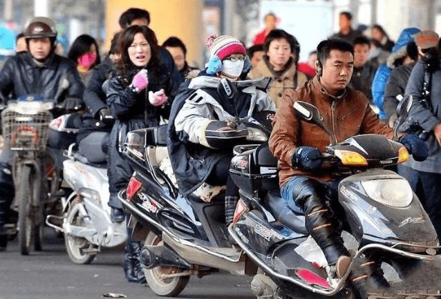 交警提醒:摩托车、电动车上路须注意,这个东西必须要有