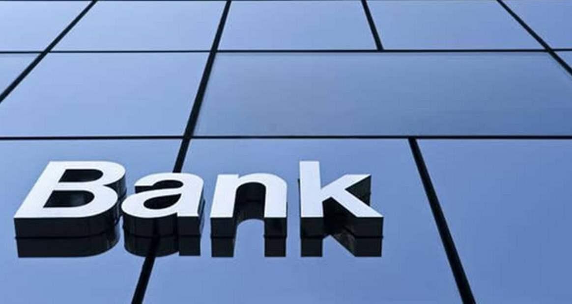 """银行业全年收盘下跌3.25%,一年蒸发了一个""""五粮液""""。年内,农村商业银行的股价下跌了近30%"""