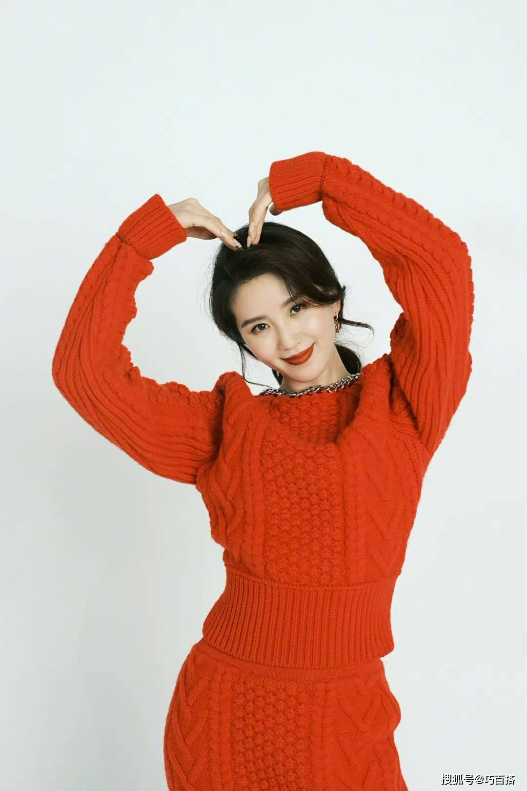原来刘诗诗的新年愿望就是这么喜庆!这套红色套装很有皮肤色彩,精致而不做作