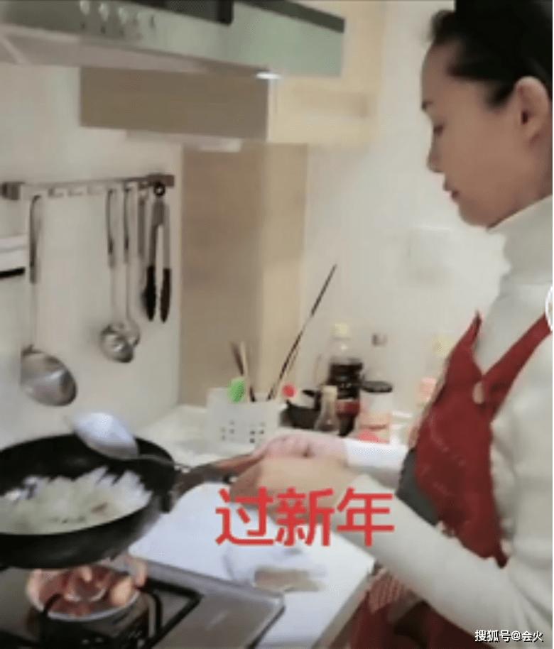 55岁歌唱家于文华私下反差大,炒菜还会颠勺,比妙龄女儿还瘦一圈