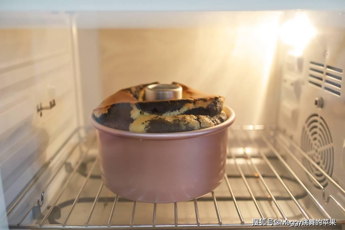 零食点心来啦!这黑白奶牛戚风蛋糕,3个鸡蛋25分钟出炉暄软细腻
