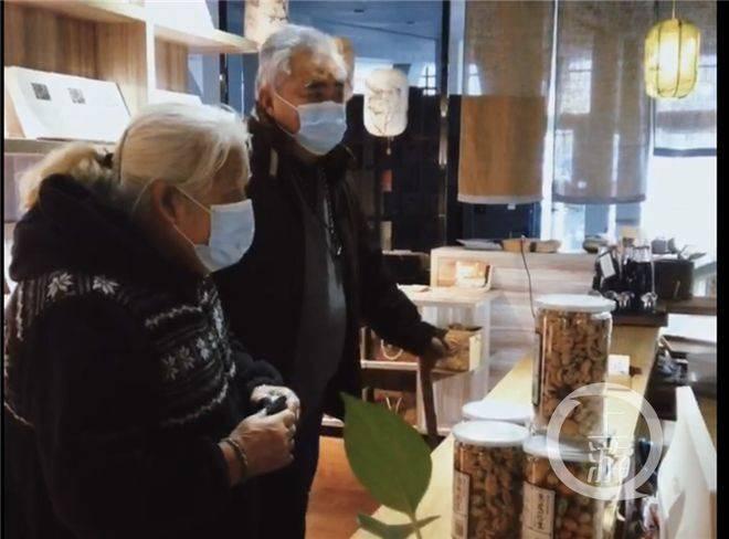 75岁父母步行4公里 给50多岁女儿买她爱吃的零食