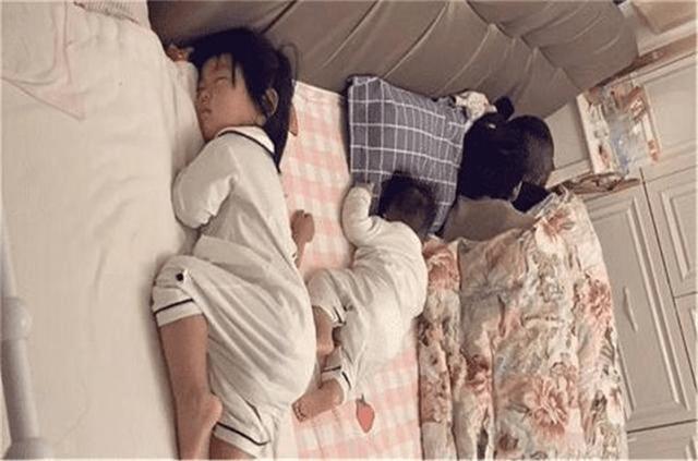 """一家四口""""睡姿""""走红,网友调侃:孩子是意外,父母才是真爱"""