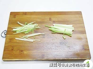 芹菜和肉末这样煸炒,拌米饭里吃很香,家常又营养,下饭必备菜