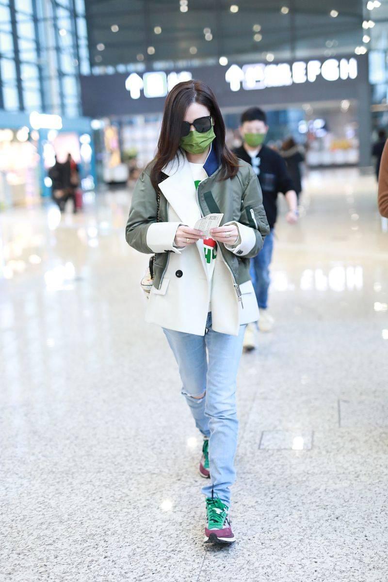 """45岁佘诗曼美的不像中年女人,穿搭如""""小姑娘"""",气质又高级"""