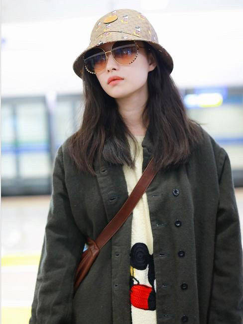 原创             32岁倪妮魅力十足,穿红色大衣走机场美艳动人,优雅气质真明显