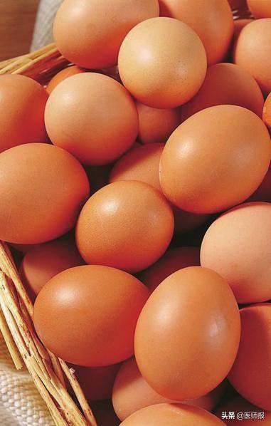 美国心脏协会(AHA)的建议:胆固醇正常者,每天最多吃两个鸡蛋