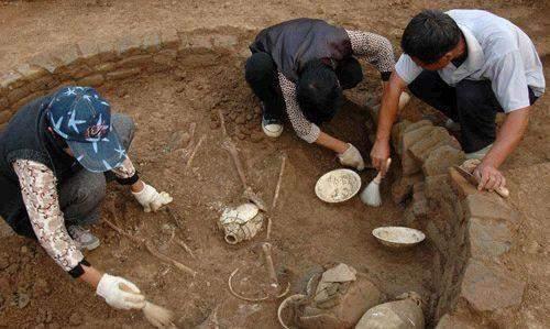 元代汪世显家族墓被发现,经过发掘,出土了一个玻璃茶盏