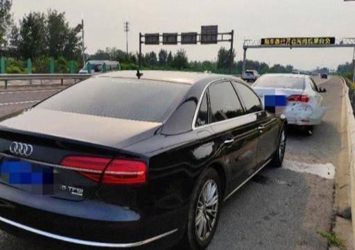 原厂卡罗拉和奥迪A8相撞,车损对比明显。网友:这就是差距