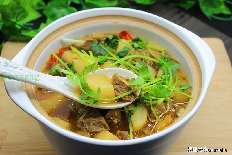 萝卜和牛腩天生一对,用砂锅炖一炖,热气腾腾香喷喷,暖心又暖胃