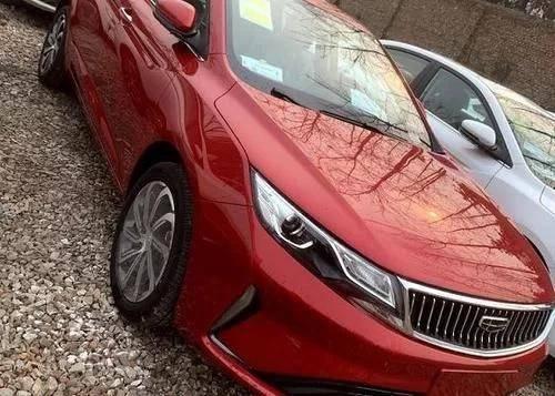 2021吉利帝豪GL到店,红漆很时尚。汽车长度为4725毫米,主动制动
