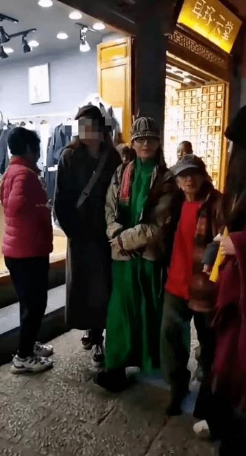 62岁杨丽萍不结婚生子,指甲太长不便搀扶老母亲,为了跳舞放弃这些值得吗  第2张