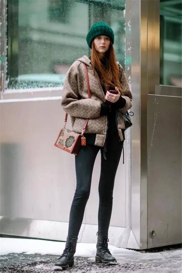 """今年靴子裹""""无痕裤""""的穿法火了,配大衣、羽绒服都好看,真时髦"""