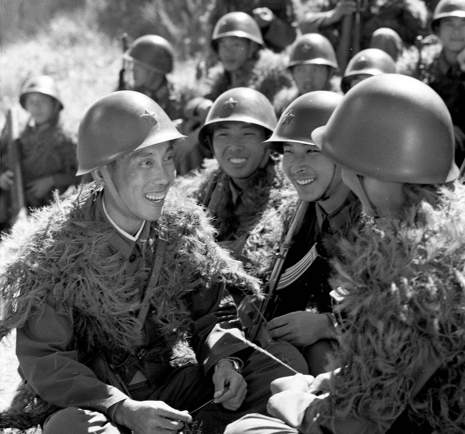放映员没敲门,推门进屋撞见:干事和四川女兵翩翩起舞