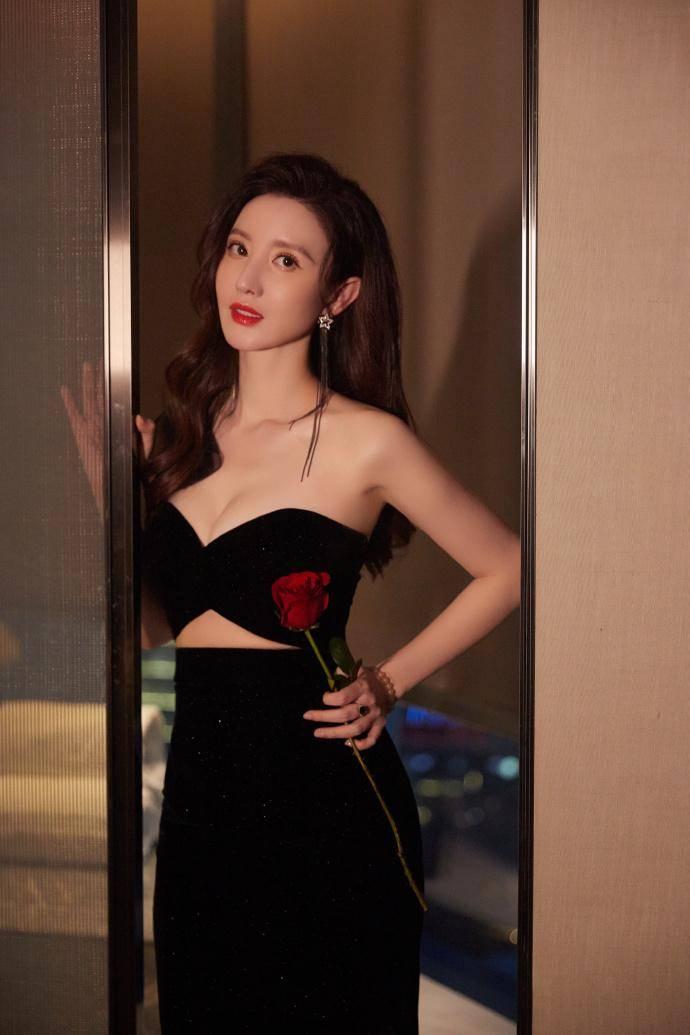 原创             张萌黑色蝴蝶结抹胸裙写真,三角镂空秀细腰,性感美艳高调绽放