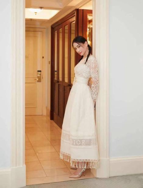 原来何超莲不愧是赌王。穿小白裙,清纯甜美。看那优雅的气质真好
