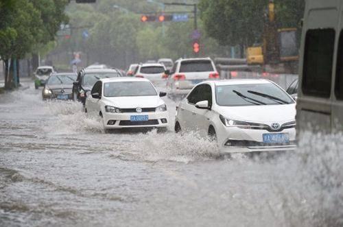 """原紧泥路,慢水"""",盘点积水路的驾驶技巧。"""