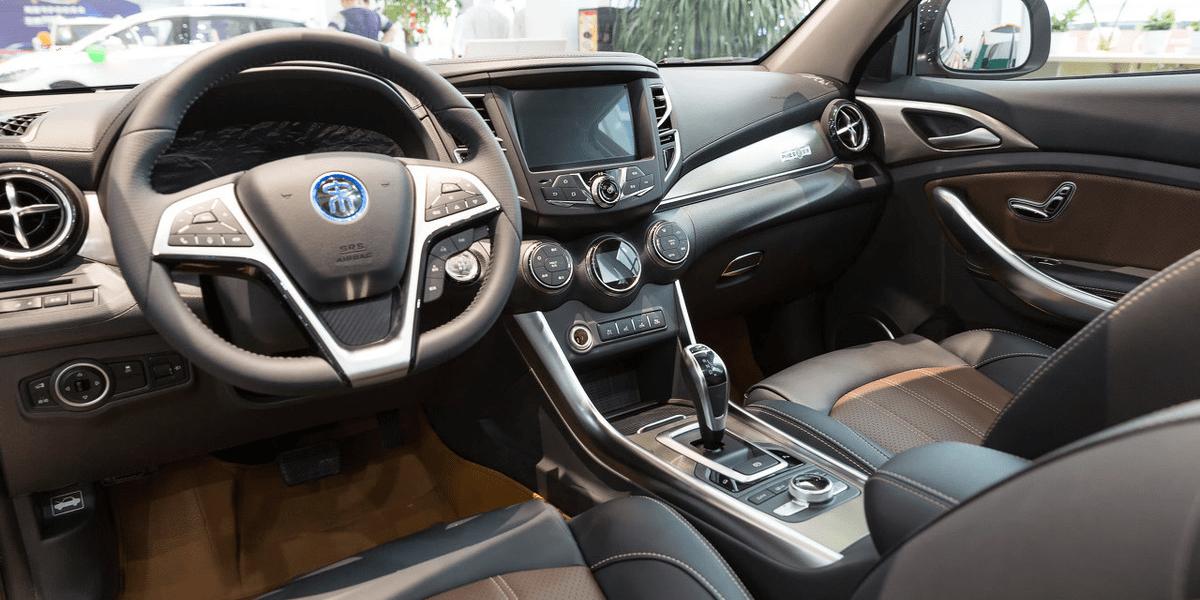 """比亚迪王朝原车出现。""""龙""""的元素出现在车内。内部展示了未来的技术"""