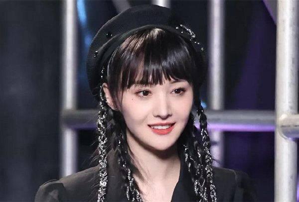 原尴尬!郑爽官方宣布奢侈品代言被嘲讽,但粉丝展示买家秀却被盗装x。